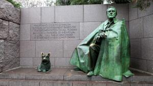 Monumentets gengivelse af præsident Franklin Roosevelt i kejserlig pomp – med en kappe, der skjuler hans fysiske handicap. Og som menneskeliggørende element: Roosevelts elskede skotske terrier, Fala, som præsidenten humoristisk inddrog i en valgkamptale i 1944.