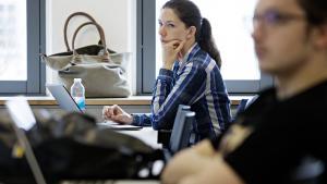 'Det er blevet mere prekært for de unge at vælge rigtigt. Derfor ser vi måske også små ryk i retning af, at flere vælger professionsbacheloruddannelser. Det er et mere overkommeligt og sikkert valg for mange. Hvis de vil have en lang uddannelse, kan de altid læse videre derefter,' siger Laura Louise Sarauw, postdoc i uddannelsesvidenskab på DPU.