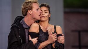 Hamlet og Ofelia fås ikke meget smukkere end på Kronborg, hvor Cyron Melville og Natalie Madueño spiller de to forelskede unge. Alligevel bliver forestillingen aldrig rigtig hjertegribende.