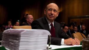 I Senatetsrapport om finanskrisen fra 2011 bliverinvesteringsbanken Goldman Sachs kritiseret i skarpe vendinger. I rapporten indikeres det, at bankens topchef,Lloyd Blankfein,løj, da han blev afhørt under en høring i Senatet i 2008.