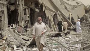 I den syriske by Raqqa, der er Islamisk Stats selvudråbte hovedstad, er de civile fanget mellem på den ene side Islamisk Stats snigskytter og på den anden side koalitionens flybomber, russiske bomber. Hundredvis af civile er blevet dræbt i bestræbelserne på at befri byen.