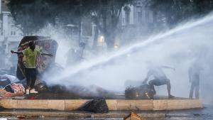 Der er voldsom debat om flygtninge i Italien, og det blev til optøjer, da politiet i sidste uge med vandkanoner fjernede hundredvis af flygtninge fra Eritrea, der protesterede over lukning af lejr.