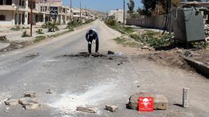 En syrisk mand inspicerer det sted i byen Khan Sheikhun, hvor et gasangreb fandt sted i april.