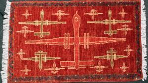 I 1980erne udskiftede afghanske tæppevævere deres oprindelige blomstermønstre med droner. Amerikanske Kevin Sudeith opdagede dem – og så blev de samlerobjekter.