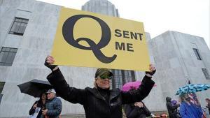 QAnon – ikke så meget en konspirationsteori, som en paraply af afsindige sammensværgelser – er på mange måder et produkt af Trumps Amerika. Og så har QAnon mange kvindlige tilhængere, spørgsmålet er hvorfor?