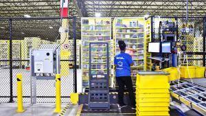 Amazon har digitaliseret indkøb og er ved at automatisere deres lagerhåndtering, men selv på deres mest robotiserede varehuse har de endnu ikke fyret nogen endnu. De insisterer på at automatiseringen tager det tunge arbejde og kun vil skabe flere arbejdpladser, men forfatteren Martin Ford er ikke sikker på, at den prognose holder.