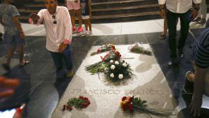 Den nye socialdemokratiske regering i Spanien har besluttet, at landets fordums diktator, Francisco Franco, ikke længere skal have lov at ligge i De faldnes Dal og optræde i en posthum helterolle i den borgerkrig, han ikke faldt i