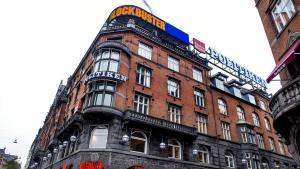 Danske Bank dropper samarbejdet med den del af JP/Politikens Hus, som står bag annoncerne for massageklinikker i Ekstra Bladet. Det skyldes ifølge Berlingskes oplysninger frygt for hvidvask i forbindelse med massageannoncerne i Ekstra Bladet