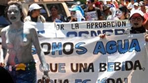 I Nepaja i El Salvador er der kamp om områdets vandressourcer - tilfalder de lokalbefolkningen eller virksomheder i området?