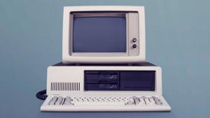 Efter næsten 20 års ukritisk og ideologisk digitalisering er vi som samfund endelig ved at vågne op. Vi lever i digitalismens sidste dage og kan nu forhåbentlig se frem til, at computeren ophører med at være en ideologisk kultgenstand, skriver Anders Colding-Jørgensen