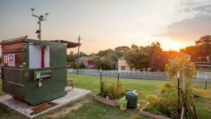 En amerikansk biologiprofessor er flyttet ind i en container på Huston-Tillotson Universitys grund som en del af et bæredygtighedsprojekt. Hvor meget har et moderne menneske brug for?