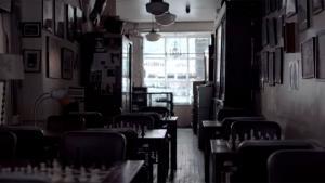 Stemningsfuld kortfilm om Chess Forum i New York – en lille skakcafe, der ejes af den libanesiske flygtning Imad Khachan. Chess Forum kæmpede i 90'erne om skakelskernes gunst med rivalen The Chess Shop i hvad lokalt kaldes for 'Borgerkrigen på Thompson Street'. I dag er cafeen den sidste af byens gamle butikker dedikeret til skak