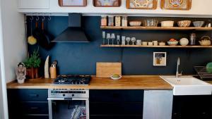 På 2. sal et sted i København bor en kvinde med et sort køkken, som hun selv har købt. Hendes husleje for 90 kvadratmeter er 6.000 kroner. I den præcis samme type lejlighed nedenunder bor tre studerende for 16.000 kroner. De har ganske vist et nyere kridhvidt køkken installeret af ejeren af bygningen, kapitalfonden Blackstone