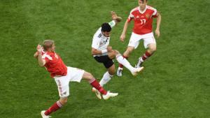 The New York Times har samlet en håndfuld billeder fra VM-gruppekampene og fjernet ét element: Bolden. Kan du gætte, hvor den var?
