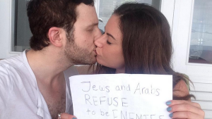 De seneste dage er de sociale medier blevet oversvømmet med billeder af jøder og arabere, der nægter at være fjender, det gør de under hashtagget #JewsAndArabsRefuseToBeEnemies
