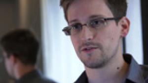 I en anden del af interviewet med Edward Snowden fortæller han The Guardian, hvordan Apple, Facebook, Microsoft og Google frivilligt lader NSA benytte deres data