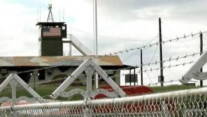 Verdens dyreste militærfængsel har sprækker i gulvet og huller i loftet.  The New Republic opridser historien om en kontroversiel amerikansk base - Guantánamo Bay.