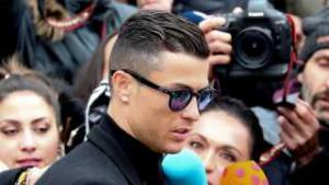 Cristiano Ronaldo skal betale 140 millioner kroner tilbage i skat, men undgår formentlig en tur bag tremmer