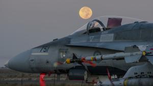 På tværs af Atlanten viser Canada vejen for åbenhed med opdateringer om hver enkelt angreb, canadiske kampfly har deltaget i under kampen mod Islamisk Stat.