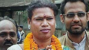 Indien har fået sin første transkønnede borgmester. Madhu Kinnar kommer fra den tidligere urørlige Dalit-kaste og tjente til dagen og vejen ved at underholde på togstrækningen mellem Howrah og Mumbai, inden hun i januar 2015 blev valgt i industribyen Raigarh.