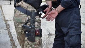 En 33-årig mand er blevet udleveret til en irakisk deling efter, at to konstabler anholdt ham for et ulovligt højresving. Amnesty advarer om waterboarding, mens Dansk Folkeparti glædes over faldet i cykelforseelser