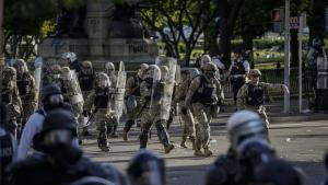 Den tidligere formand for Joint Chiefs of Staff, admiral Mike Mullen, leverer en sjælden advarsel til myndighederne og de øverste politiske system om brug af vold mod sine egne borgere og tilsidesættelse af rettigheder. »Det er tid til lederskab,« skriver Mullen