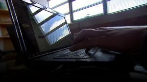 I England har man allerede i år registreret over 89.000 tilfælde, hvor falsknere har begået identitetstyveri og brugte informationer til at hæve penge eller optage lån i andres navn. Organisation advarer mod en stigende epidemi