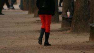 De unge pariserinder må nu føjte rundt i moderigtige slacks og plus fours - Hvad det så skal gøre godt for...