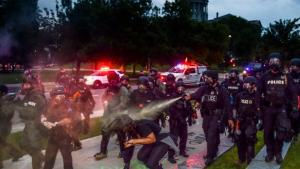 De har ødelagt et kapitalistisk demokrati og erstattet det med en mafia-stat, skriver journalist Chris Hedges i denne kommentar til den seneste tids begivenheder i USA