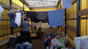 Op mod 200 filippinere bor under usle og uhygiejniske forhold i stor lejr i Padborg. Her hyres de af dansk vognmand og arbejder angiveligt for helt ned til 15 kroner i timen