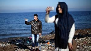 Selvfølgelig har flygtninge også smartphones. Og de bruger dem til at finde den sikreste vej, mad, overnatning og til at kommunikere med dem, der ikke er taget med