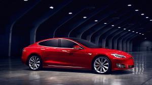Da Joshua Brown i 2016 døde i en bilulykke, da hans Tesla bragede ind i en lastbil, blev bilfabrikanten frikendt fordi, at chaufføren burde have været opmærksom ved rattet, selv om autopiloten var slået til. Nu får Tesla alligevel kritik af det amerikanske trafiksikkerhedsråd for at have solgt et produkt, der ikke tager højde for, at bilister ikke menneskeligt er bevidste nok til at reagere i de tilfælde, at autopiloten fejler.
