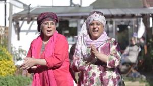 Videoer af mennesker der danser til Pharell Williams hit Happy, har spredt sig som en viral glædesbølge. Folk fra Israel og Jamica danser der ud af, og nu har prominente Engelske muslimer også lavet en video.
