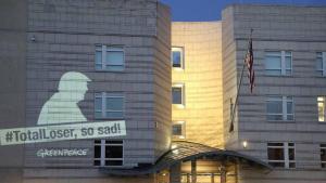 Tysklands Greenpeace-afdeling havde dette budskab til USA projiceret på muren til den amerikanske ambassade i Berlin