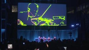 Trevor Paglen har forsøgt at visualisere, hvordan kunstig intelligens ser på verden og mere specifikt, hvordan den analyserer en strygerkvartet under en koncert. Det er der kommet et smukt visuelt værk ud af, der også er en fortælling om, hvordan vi evigt bliver analyseret i mindste detalje.