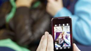 Når Instagrambilleder af spiseforstyrrede teenagere i for lidt tøj kommer frem i medierne, råber forældre og psykologer vagt i gevær overfor de sociale medier. Lad være med at skyde skylden på teknologien, lyder budskabet i ny bog om unges liv på nettet.