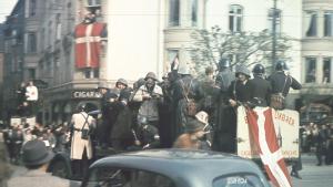 Det er 70 år siden Danmark blev befriet. Tusindvis af danskere fejrede i gaderne og modstandsfolk trak i arbejdstøjet. Se billederne her