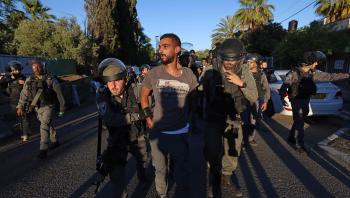 Israelske sikkerhedsstyrker ekskorterer en anholdt palæstinensisk mand i området Sheikh Jarrah i det østlige Jerusalem. De mange sammenstød mellem israelske jøder og israelske palæstinensere er taget til i løbet af den seneste uge.