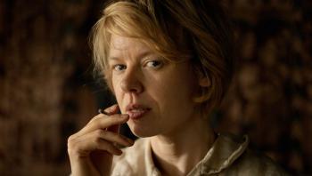Alma Pöysti spiller hovedrollen som Tove Jansson i filmen om forfatterens formative år som kunstner. En film som Weekendavisens litteraturredaktør har et problem med.