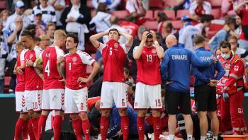 Spillerne på det danske landshold dannede cirkel om Christian Eriksen, efter han kollapsede i første halvleg af EM-kampen mod Finland lørdag aften.