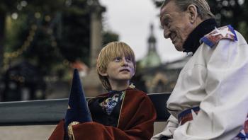 Manfred Weber Cortzen gør det bedre, end filmen fortjener i rollen som Buster. Her sammen med Henning Jensen som den pensionerede kanonkonge hr. Larsen.