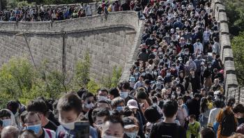I et par generationer har Kina været udfordret af sin befolkningstilvækst. Men den berygtede etbarnspolitik har været for effektiv, så nu tilskynder myndighederne for anden gang på få år til at få flere børn.
