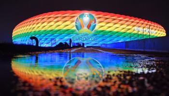 Op til onsdagens EM-kamp mellem Ungarn og Tyskland har bystyret i München varslet, at det olympiske stadion skulle lyse i alle regnbuens farver, mens kampen blev spillet, som en markering om støtte til LGBT-rettigheder.