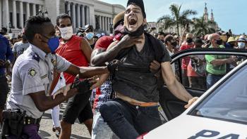 En mand bliver arresteret under en demonstration mod den cubanske regering i Havana den 11. juli. Op mod 650 personer er blevet tilbageholdt, men mange er igen løsladt, hævder uafhængige medier.