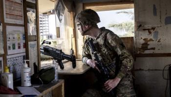 En soldat kigger ind over Bagdad. Den amerikanske præsident Joe Biden meddelte mandag, at USA's kampmission i Irak vil blive afsluttet inden årets udgang. De 2.500 soldater, som lige nu er i landet forventes dog ikke at forlade Irak. De overgår blot på papiret fra at være kamptropper til at være rådgivere.