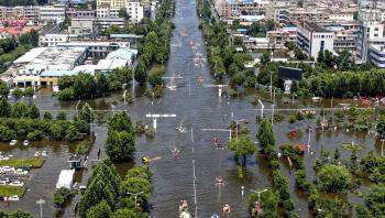 Et oversvømmet område i den kinesiske by Xinxiang d. 26. juli. Det centrale Kina har både været plaget af tørke og kraftig regn.