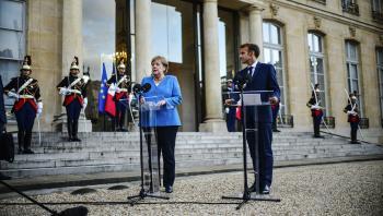 Frankrigs præsident, Emmanuel Macron, taler til pressen forud for en arbejdsmiddag med Tysklands kansler, Angela Merkel. Udfaldet af det tyske valg kan have store konsekvenser for det franske formandskab for EU, som Macron overtager ansvaret for den 1. januar, og hvor han har store ambitioner om et langt tættere samarbejde i EU.