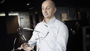 Ifølge professor på IT-Universitetet Kasper Støy bliver en betydelig del af den danske forskerskares tid brugt på at så frø, som aldrig får lov til at spire, og som derfor ikke kommer nogen til gode.
