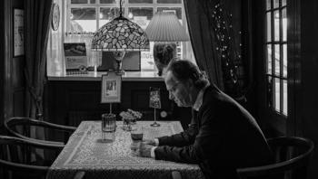 Overrumplende billeder, en elegant komposition og et dybt kig ned i musikkens mørke væsen gør Knud Romers nye roman, 'Pigen i violinen', til en usædvanlig læseoplevelse