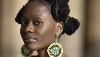 Årtier efter uafhængigheden er en ny bevidsthed om kolonimagternes indflydelse ved at vokse frem blandt unge afrikanere. Den koloniale historie har undertrykt den oprindelige afrikanske identitet, og der er brug for et opgør, mener den 29-årige studerende og medstifter af en ngo Zaharah Namanda fra Uganda. Men samtidig er unge som Zaharah Namanda og de afrikanske lande stadig dybt afhængig af vestlig bistand